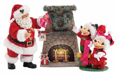 Santa, Micky und Minni: Micky und Santa hängen den perfekten Kranz auf